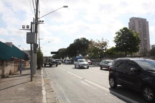 Quem sai de lojas na Av. Alcântara Machado, 4.360, tem de atravessar faixa de ônibus para não ser multado