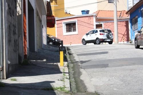 Motorista segue em direção à Rua São Gil e dá de frente com carro no sentido oposto