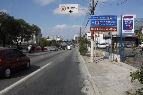 Faixa exclusiva de ônibus termina depois de entrada de estacionamento. Como pode isso?