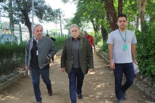 Toninho Paiva andou pelo parque e salientou a necessidade de melhorias nos canteiros verdes
