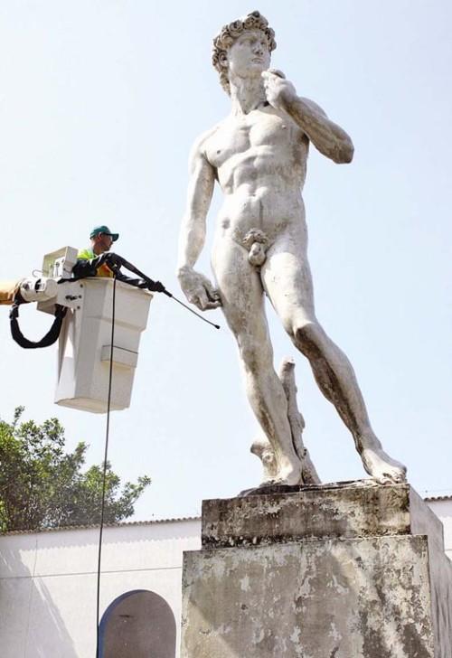 Foto da estátua de Davi sendo lavada no ano de 2012