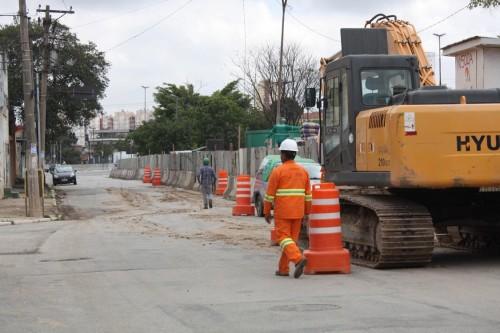 Obra segue bloqueando parte da Rua Astarte, no Aricanduva