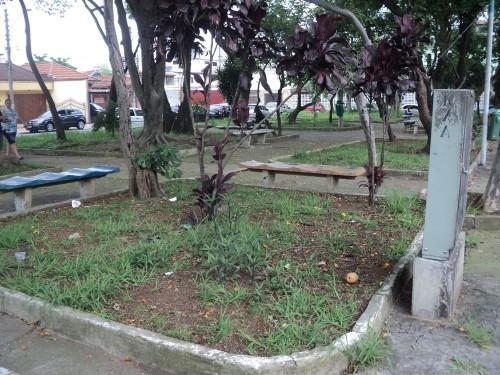 A Praça Cel. Sandoval de Figueiredo tem apenas terra em canteiros e foi impermeabilizada