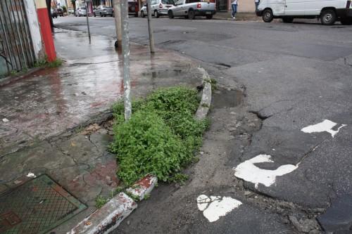 Cratera continua lá, na calçada entre as ruas Icaraí e Honório Maia
