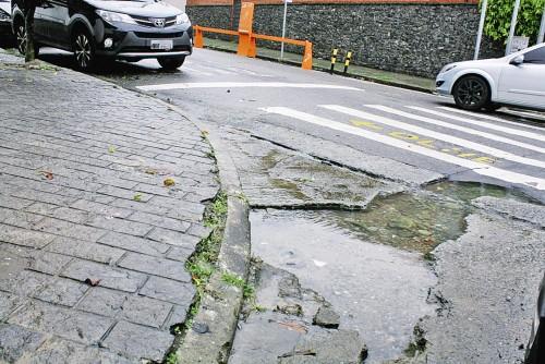Buraco no concreto na Rua Emilio Mallet, esquina com a Rua Francisco Marengo