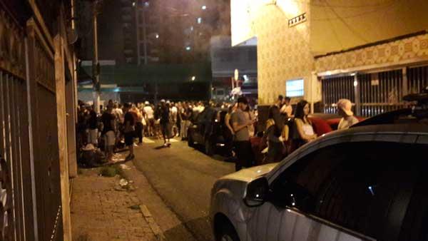 RUA EMÍLIA MARENGO – Público de bar 'fecha' rua