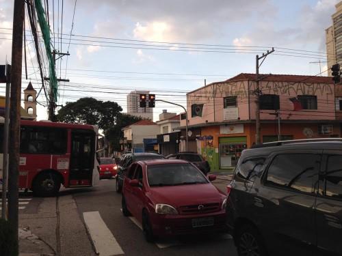 Cruzamento complicado também entre as ruas Antonio de Barros e Azevedo Soares