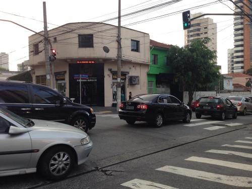 Cruzamento parado entre as ruas Francisco Marengo e Azevedo Soares