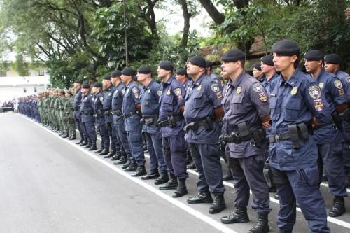 Tropa perfilada assiste à cerimônia; os de uniforme verde são da Guarda Ambiental