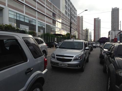 Fila de carros na Rua Antonio Camardo, entre as ruas Francisco Marengo e Monte Serrat