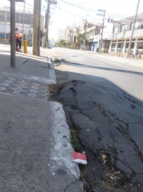 A péssima qualidade do asfalto está entre as principais reclamações de quem circula pela avenida