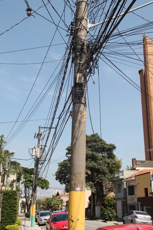 Na Rua Marechal Barbacena é possível ver o quanto os fios são inseguros e deixam o lugar feio