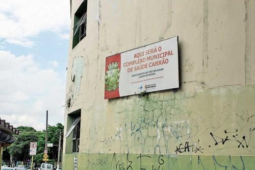 Placa indica há mais de dois anos a instalação do complexo de saúde