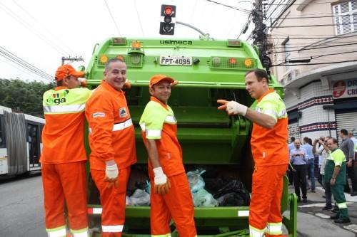 Doria junto com a equipe da Inova recolheu os sacos de lixo que estavam na avenida