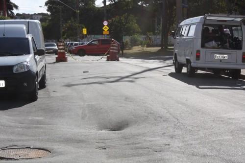 Trecho da Rua Arcádia também tem problema de afundamento do asfalto
