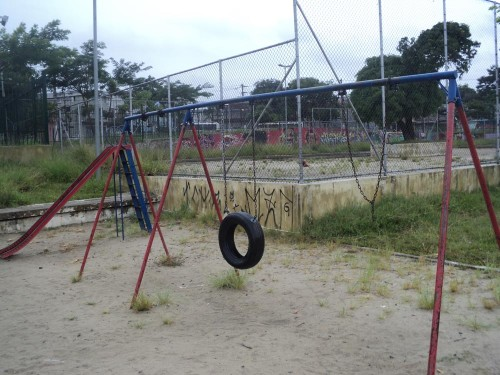 Pichações podem ser encontradas em vários lugares e alguns equipamentos estão quebrados