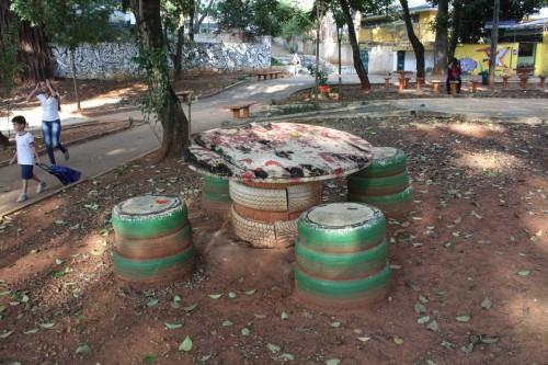 Além da sujeira, frequentadores puseram fogo na mesa de madeira com bancos de pneus
