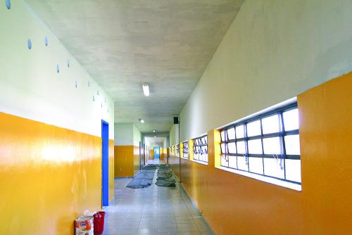 Corredor da EE Carlos Escobar, no Tatuapé,  passa a ter a cor amarela, com o projeto