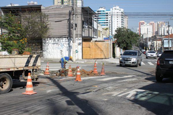 Afunilamento de pista na Rua Emílio Mallet