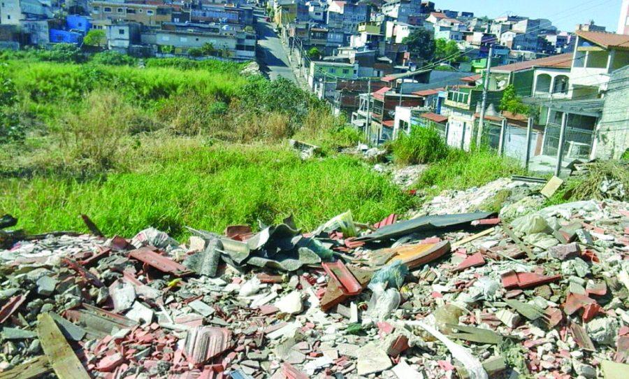 ITAQUERA – Terreno é usado como depósito